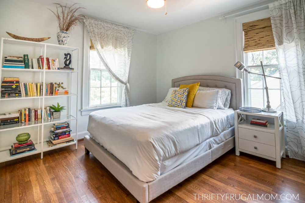 a picture of a white bedroom
